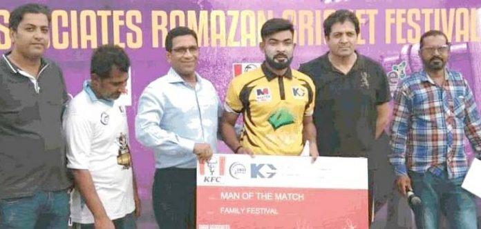 کراچی : کے جی رمضان کرکٹ ٹورنامنٹ میں مہمان خصوصی پلیئر کو مین آف دی میچ ایوارڈ دیتے ہوئے