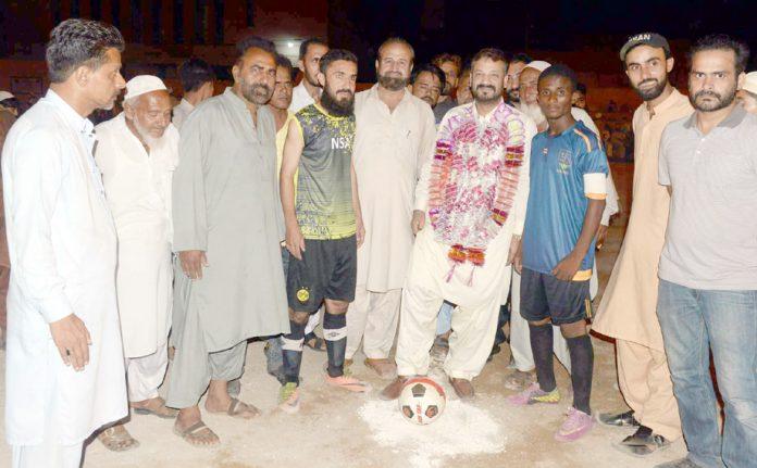 کراچی: چیئرمین بلدیہ شرقی معید انور، الآصفہ گرائونڈ میں فٹ بال ٹورنامنٹ کا افتتاح کرتے ہوئے