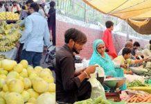 رمضان المبارک کے دوران پھلوں اور سبزیوں کی بھاری قیمتوں کے باوجود خریداروں کے رش میں اضافہ ہو رہا ہے