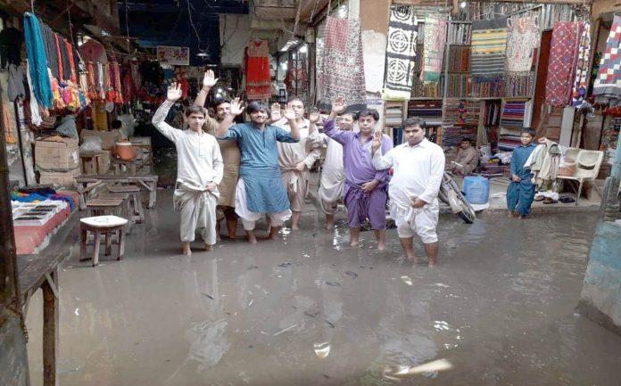 جیکب آباد،بارش کے بعد صفائی نہ ہونے پر کپڑا مارکیٹ تالاب بنی ہوئی ہے ،دکاندار بلدیہ کے خلاف احتجاج کررہے ہیں