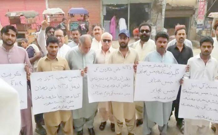 جیکب آباد : جمس میں بھرتیوں میں مبینہ دھاندلی کیخلاف احتجاج کیا جارہا ہے