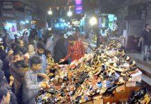 حیدرآباد: بڑی تعداد میں خواتین اور مرد عید کے لیے جوتے اور چپلوں کی خریداری میں مصروف ہیں