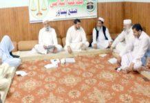 امیرجماعت اسلامی ضلع پشاور عتیق الرحمن دفتر جماعت اسلامی میں ضلعی ذمے داران و این اے امرا کے اجلاس سے خطاب کررہے ہیں