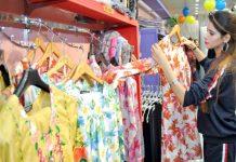 کراچی کے مشہور شاپنگ سینٹر میں خواتین عید کی خریداری میں مصروف نظر آ رہی ہیں