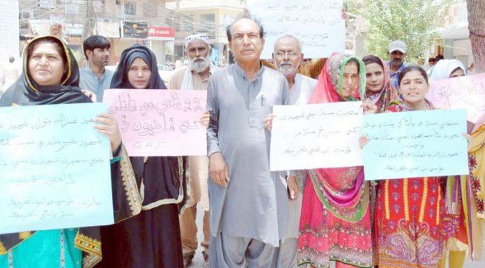 حیدر آباد : قومی عوامی تحریک کے تحت مطالبات کی عدم منظوری کیخلاف پریس کلب پر احتجاج کیا جارہا ہے