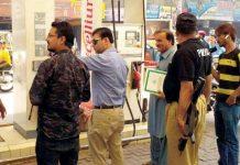 حیدر آباد : اسسٹنٹ کمشنر سٹی فراز احمد صدیقی زائد قیمت وصول کرنے والے پیٹرول پمپ کیخلاف کارروائی کررہے ہیں
