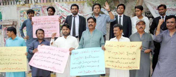 حیدرآباد ،سندھ پروگریسو یوتھ کے تحت مطالبات کے حق میں پریس کلب کے سامنے مظاہرہ کیا جارہا ہے