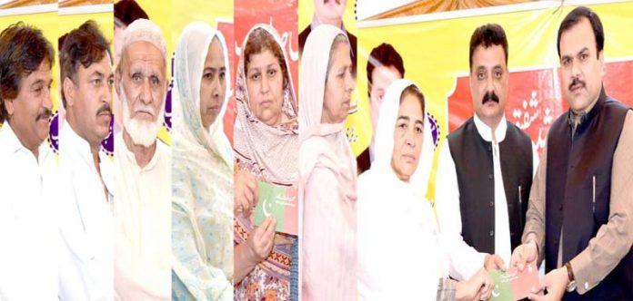 راولپنڈی، ایم این اے شیخ راشد شفیق اور آصف شہزاد مغل کے ساتھ یوسی 37 میں انصاف صحت کارڈ تقسیم کررہے ہیں