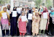 حیدر آباد : پریٹ آباد کے رہائشی مطالبات کے حق میں پریس کلب پر مظاہرہ کررہے ہیں