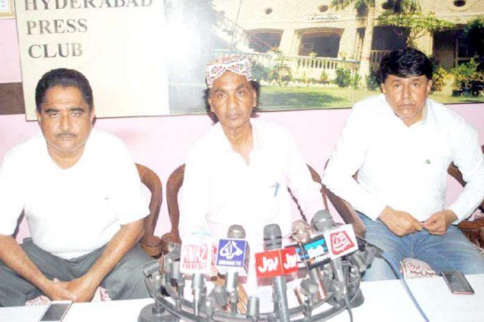 حیدر آباد : سندھ راگی ویلفیئر ایسوسی ایشن کے صدر استاد امیر علی پریس کانفرنس کررہے ہیں