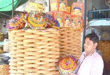 فیصل آباد ،دکاندار گاہکو ں کو متوجہ کرنے کے لیے پھنیاں سجارہا ہے