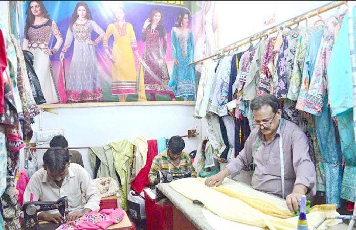 حیدر آباد : عیدالفطر کی مناسبت سے درزی کی دکان میں کاریگر اپنے کام میں مصروف ہیں