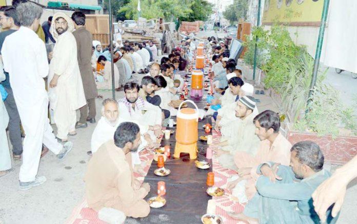 راولپنڈی،رضا کار عوامی افطاری کے سلسلے میں تیاری کررہے ہیں
