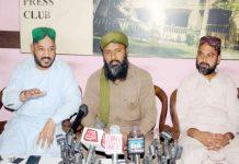 حیدر آباد : پاکستان سنی تحریک کے ڈویژنل صدر اکبر رضا قادری پریس کانفرنس کررہے ہیں