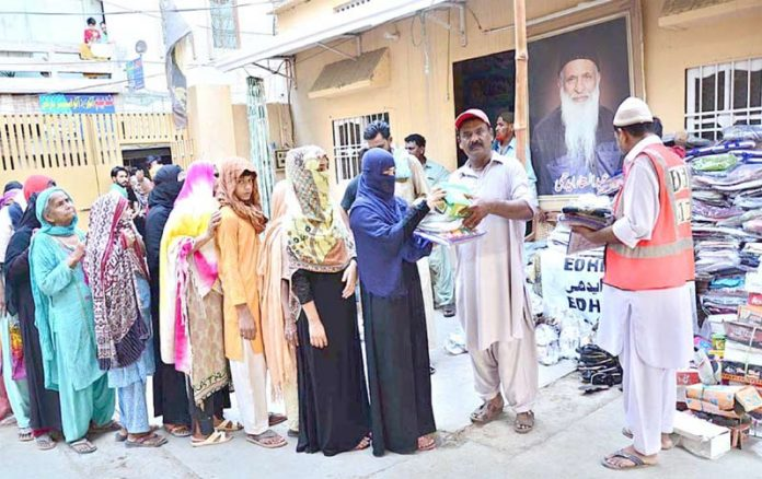 حیدر آباد : ایدھی فائونڈیشن کے تحت مستحق خواتین میں عید کے تحائف تقسیم کیے جارہے ہیں