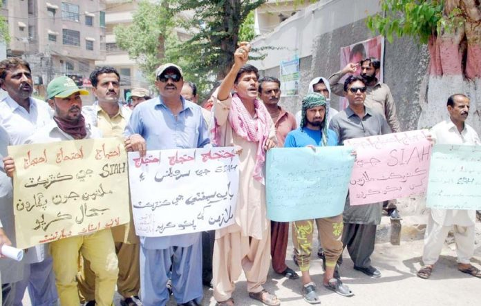 حیدر آباد : لائیو اسٹاک ڈپارٹمنٹ کے ملازمین پریس کلب پر احتجاج کے دوران تنخواہ کی ادائیگی کا مطالبہ کررہے ہیں