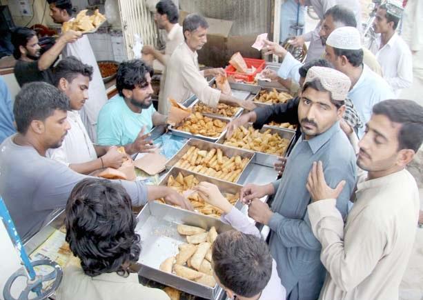 حب،شہری افطاری کے لیے سامان خریدنے میں مصروف ہیں