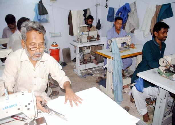حیدر آباد : عیدالفطر کی مناسبت سے کارخانے میں درزی کپڑوں کی سلائی میں مصروف ہیں