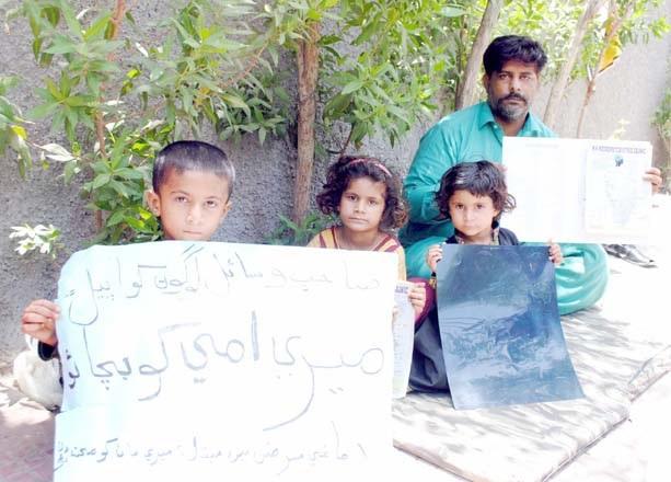 حیدر آباد پریس کلب پر دادو کا رہائشی شخص بچوں کے ہمراہ احتجاج کررہا ہے