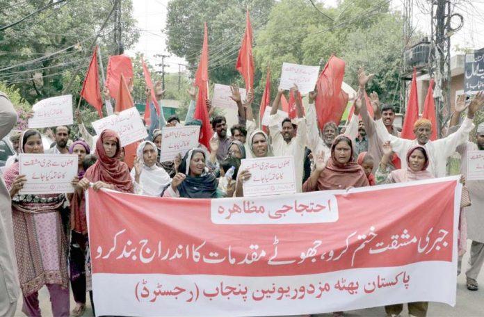 لاہور،پاکستان بھٹہ مزدور یونین پنجاب کے تحت مطالبات کی عدم منظوری کے خلاف احتجاج کیا جارہا ہے