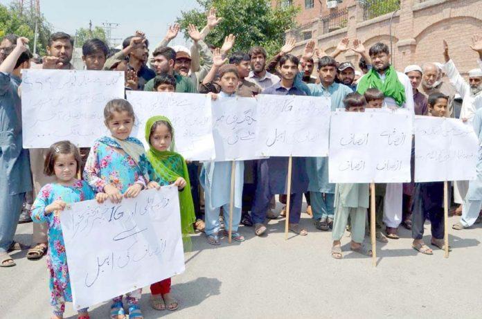 پشاور،وارسک روڈ کے مکین مطالبات کے حق میں مظاہرہ کررہے ہیں