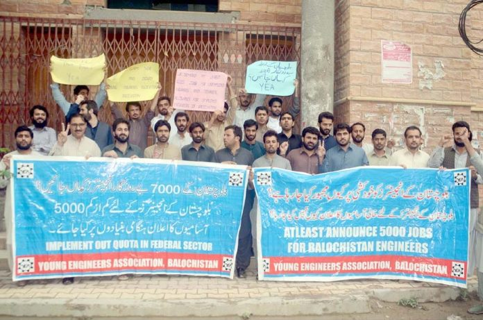 کوئٹہ ،ینگ انجینئرنگ ایسوسی ایشن کے تحت مطالبات کے حق میں پریس کلب کے سامنے مظاہرہ کیا جارہا ہے