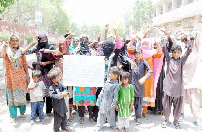 حیدر آباد : موسیٰ بھرگڑی کی رہائشی خواتین مطالبات منظور نہ ہونے کیخلاف پریس کلب پر بچوں کے ہمراہ احتجاج کررہی ہیں