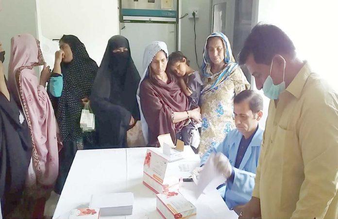 نوڈیرو : دیہی صحت مرکز میں ایچ آئی وی اسکریننگ کیمپ میں مریضوں کا اسکریننگ کی جارہی ہے