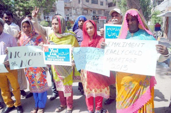 حیدرآباد،ہیومن رائٹس کمیٹی کے اراکین مطالبات کے حق میں پریس کلب کے سامنے مظاہرہ کررہے ہیں