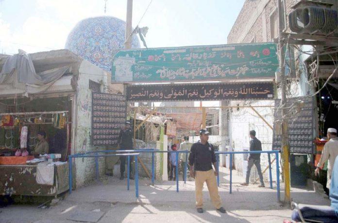حیدرآباد ،سیکورٹی اہلکار درگاہ پر کسی بھی ناخوشگوار واقعے سے نمٹنے کیلیے چوکس کھڑا ہے
