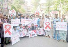حیدر آباد : پاکستان تحریک انصاف کے تحت ایڈز سے بچائو کے لیے نکالی گئی ریلی کے شرکا پریس کلب پر مظاہرہ کررہے ہیں