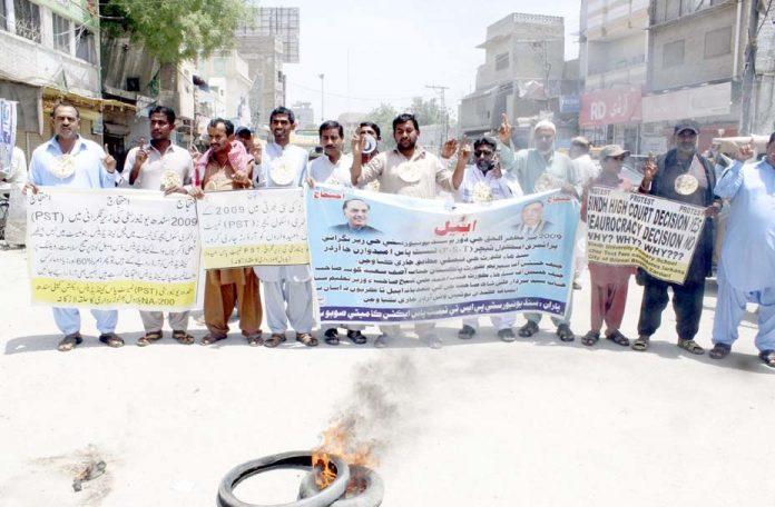 لاڑکانہ ،پرائمری ٹیچر کی اسامی کے لیے نامزد امیدوار ملازمت کے حصول کے لیے مظاہرہ کررہے ہیں