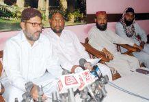 حیدر آباد پریس کلب میں سنی تحریک کے رہنما عبدالشکور بھٹی پریس کانفرنس کررہے ہیں