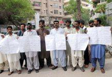حیدر آباد : سندھ بلڈنگ کنٹرول اتھارٹی کے ملازمین تنخواہیں نہ ملنے کیخلاف پریس کلب پر سراپا احتجاج ہیں