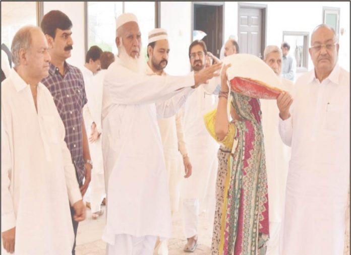 فیصل آباد ،مغل کمپلیکس ویلفیئر ٹرسٹ کے سرپرست حاجی محمد دین،سیٹھ محمود اختر ،مرزا منور حسین و دیگرمستحقین میں راشن تقسیم کررہے ہیں