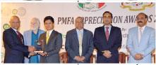 ملائیشیا کے قونصل جنرل خیرالنزران عبدالرحمان ای ڈاٹ کوپاکستان کے ڈائریکٹرریحان فاروقی کو ملائیشیا کے ساتھ بہترین تجارت پر''پی ایم ایف اے خراج تحسین ایوارڈ ''دے رہے ہیں