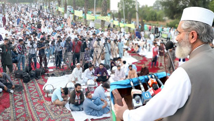 لاہور : امیر جماعت اسلامی پاکستان سینیٹر سراج الحق حلقہ پی پی155میں چودھری منظور حسین گجر کی جانب سے دیے گئے افطار ڈنر سے خطاب کررہے ہیں