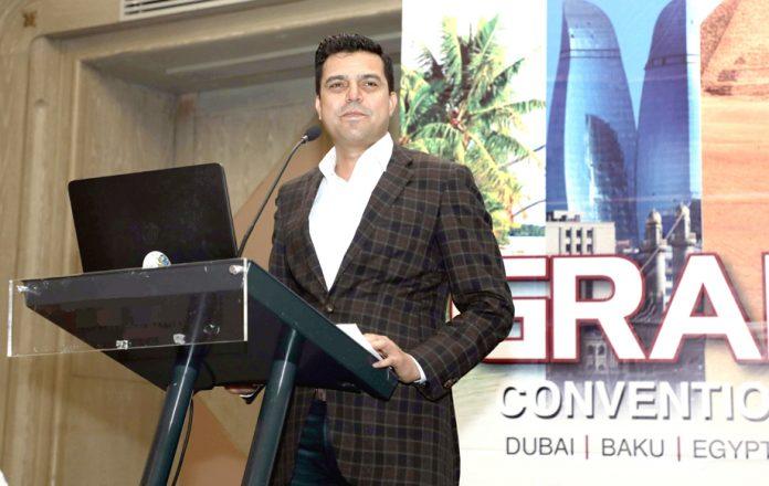 پاک قطر تکافل کا ڈسٹری بیوشن ٹیم کے لیے گرینڈ کنونشن سے ڈپٹی چیف ایگزیکٹو آفیسر محمد منہاس خطاب کررہے ہیں