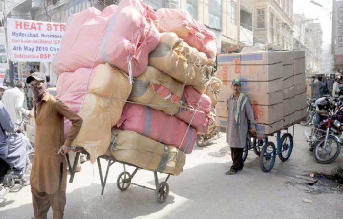 حیدر آباد : شدید گرمی کے باوجود مزدور اپنے گھر والوں کی کفالت کے لیے بوجھ اٹھائے جارہے ہیں