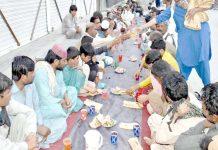 کوئٹہ ،ایک رضا کار غریبوں میں افطار تقسیم کرنے میں مصروف ہے