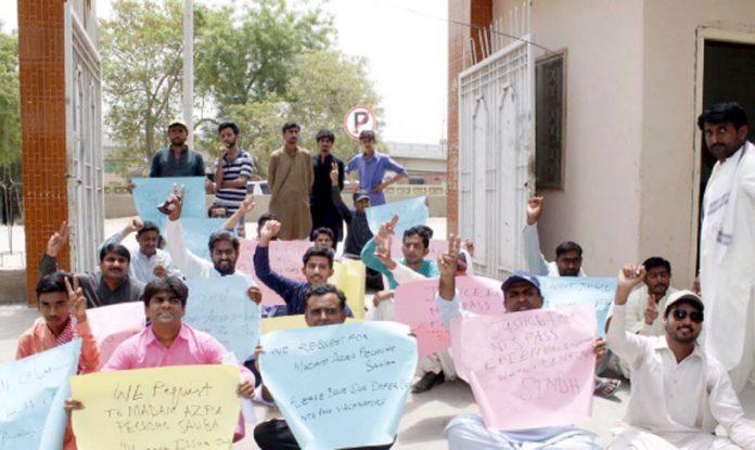 لاڑکانہ ،این ٹی ایس پاس امیدوار مطالبات کی عدم منظوری کے خلاف احتجاج کررہے ہیں