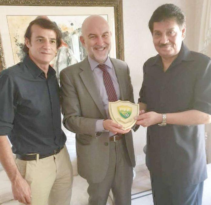 اسلام آباد: اسپین کے سفیر گیمنز ریکو کو سید فیصل صالح حیات پی ایف ایف کا نشان پیش کررہے ہیں