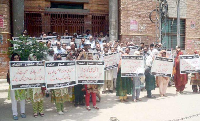 کوئٹہ ،سینئر ایجوکیشن اسٹاف کے تحت ڈی سی کوئٹہ کیخلاف پریس کلب کے سامنے احتجاج کیا جارہا ہے