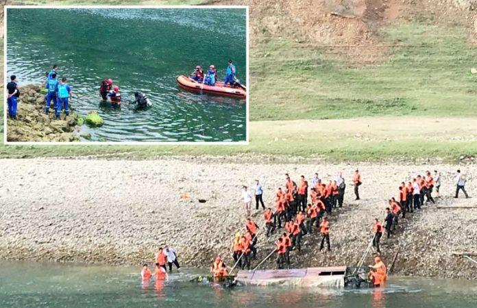 چین: دریا میں ڈوبنے والی کشتی کو کنارے پر لایا جارہا ہے' غوطہ خور پانی سے لاش نکال رہا ہے