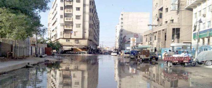 سکھر،میونسپل کارپوریشن کی نااہلی کے باعث رمضان المبارک میں بھی مینارہ روڈ شالیمار پر گٹراور نالیوں کا پانی سڑکوں کی زینت بنا ہوا ہے