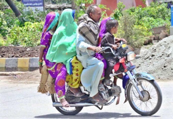 حیدرآباد ،موٹرسائیکل سوار سخت گرمی میں اپنے خاندان کے ساتھ منزل کی طرف رواں دواں ہے