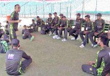 لاہور: نیشنل اکیڈمی قذافی اسٹیڈیم میں پاکستان انڈر 19ٹیم کے کھلاڑیوں کو محتشم رشید ٹریننگ کے دوران لیکچر دے رہے ہیں