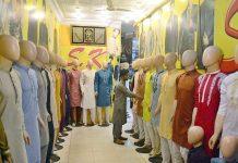 حیدرآباد ،عید کی آمد سے قبل بوتیک پر گاہکوں کو متوجہ کرنے کے لیے مردانہ سوٹ لگائے گئے ہیں