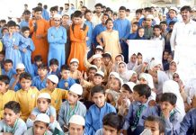 پشاور،پرائیویٹ اسکول کے طلبہ مطالبات کی منظوری کے لیے خیبرپختونخوا اسمبلی کے سامنے مظاہرہ کررہے ہیں