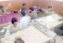 حیدرآباد،کڑھائی کے کاریگر عید الفطر کی آمد سے قبل کپڑوں پر نقش بنانے میں مصروف ہیں